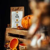 """Depuis quelques jours notre atelier s'est mis aux couleurs de l'automne.  Avec les températures qui ont diminué, il est bon de déguster un café aux saveurs qui réchauffent.   Notre café pure origine d'Ethiopie issu de la ferme """"Gedeo"""" avec ses notes de fleurs blanches, de fruits de la passion et de pêche amènera du soleil et de la chaleur dans votre tasse.  Café disponible à notre atelier et sur notre boutique en ligne.  #valini #torrefacteur #torrefaction #probat #roastery #roasterdaily #nimes #ethiopie #gard #gardtourisme #nimestourisme #artisan #artisanatfrancais #cafe #atelier #coffeelovers #coffee #boutique #specialtycoffee #specialtycoffeeroaster #specialtycoffeeshop #café #gedeo"""