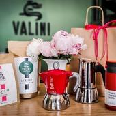 Idées Cadeaux Fêtes des Mères !  Vous êtes en retard (comme nous dans la publication de la photo 😁) pour faire un cadeau à votre mère ou belle-mère (Il paraît qu'il y en a qui le mérite 😂)  N'hésitez pas à passer nous voir, nous avons des accessoires et des machines à café pour tous les budgets 😉  #valini #torrefacteur #torrefaction #roastery #roasterdaily #nimes #coffretcadeau #gard #gardtourisme #nimestourisme #artisan #artisanatfrancais #atelier #coffeelovers #coffee #boutique #fetesdesmeres #ideecadeau #cadeau #café