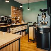 Notre atelier de torréfaction a été pensé et réalisé afin d'optimiser les zones de travail, que ça soit pour la torréfaction et le coin barista ! . .  #valini #torrefacteur #torrefaction #probat #roastery #roasterdaily #nimes #madeingard #gard #gardtourisme #nimestourisme #artisan #artisanatfrancais #cafe #atelier #boutique  #coffeelovers #probatone5 #baubuche #commercant #coffee #blendcoffee #sanremocoffeemachines #coffeeshop #baristadaily #coffeetime