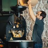 Lorsque le torréfacteur est à bonne température, on y verse le café vert qui est jusque là sans parfum ni saveurs... Grâce à la torréfaction et les réactions chimiques qui modifient les propriétés physiques et chimiques du café, celui-ci va révéler alors les arômes pour lesquels il a été sélectionné.. . . .  #valini #torrefacteur #torrefaction #probat #roastery #roasterdaily #nimes #cma30 #gard #gardtourisme #nimestourisme #artisan #artisanatfrancais #cafe #atelier #espresso #coffeelovers #probatone5 #coffee #boutique #specialtycoffee #specialtycoffeeroaster #occitanie #specialtycoffeeshop #madeinfrance #café