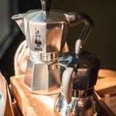 Nous continuons de vous présenter les modèles de cafetières italiennes de la marque Bialetti que nous vous proposons à notre boutique: - La Moka Express 6 tasses (tous feux SAUF induction) en photo 1 - La Moka Induction 4 tasses (tous feux) en photo 2  Pour ceux qui n'auraient pas la possibilité de se rendre pour le moment à notre boutique n'hésitez pas à nous contacter par mail: contact@valini.fr ou par téléphone 04.30.67.40.66 pour toutes questions ou commande.  #valini #torrefacteur #torrefaction #bialetti #roastery #cafetiere #nimes #mokalovers #gard #gardtourisme #nimestourisme #artisan #artisanatfrancais #cafe #atelier #moka #coffeelovers #boutique #ideecadeau  #coffeeaddict #coffee #coffeetime